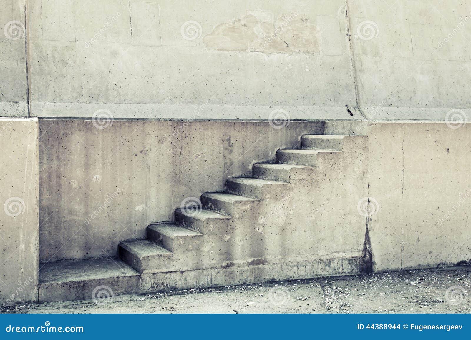 Interior concreto con la escalera en la pared foto de - Paredes de cemento ...