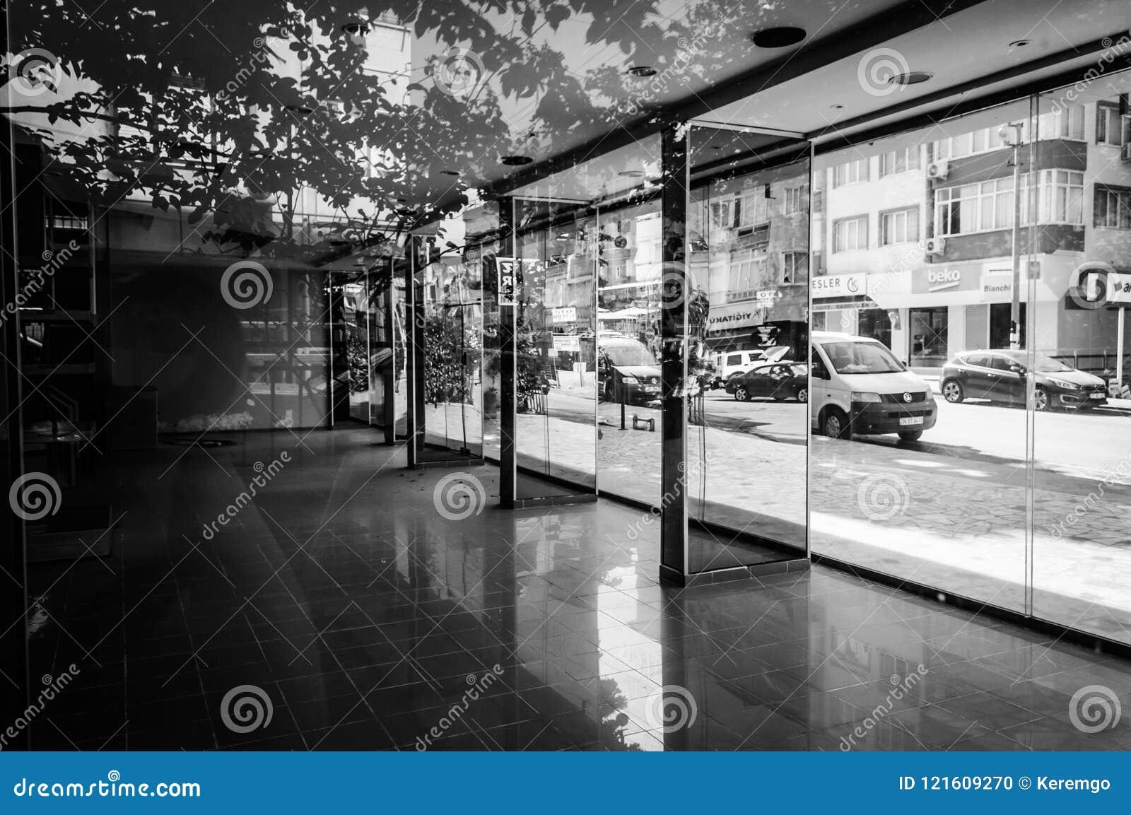 Interior constructivo Desolated con el espejo y el piso reflexivo - Turquía
