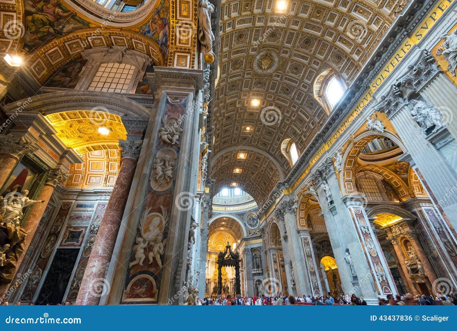 Interior da basílica do St Peter em Roma