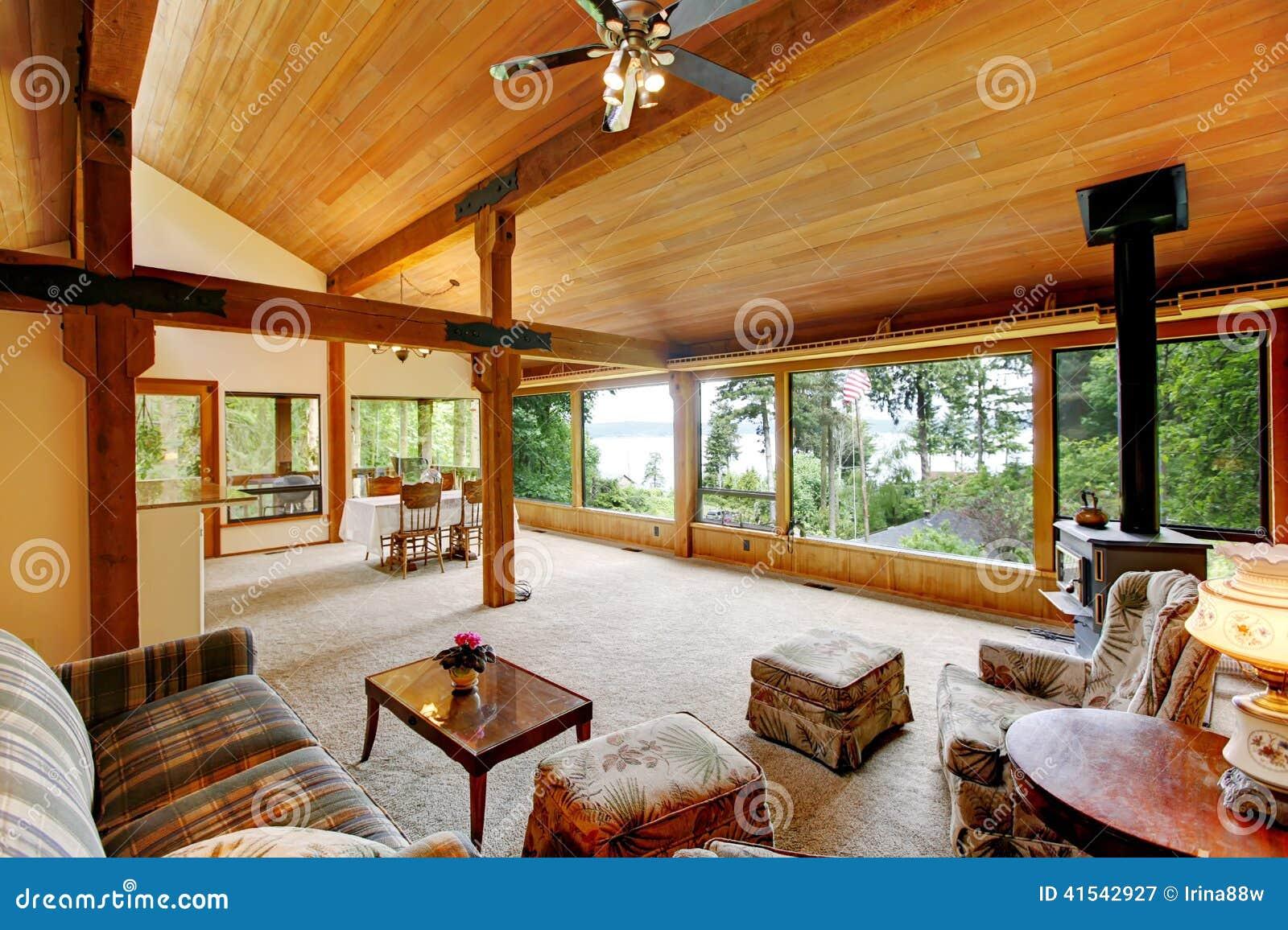 Interior da casa da cabana r stica de madeira foto de - Interior de casas rusticas ...