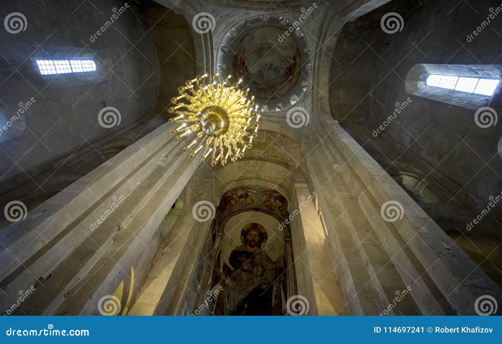 Interior da catedral de Svetitskhoveli em Mtskheta