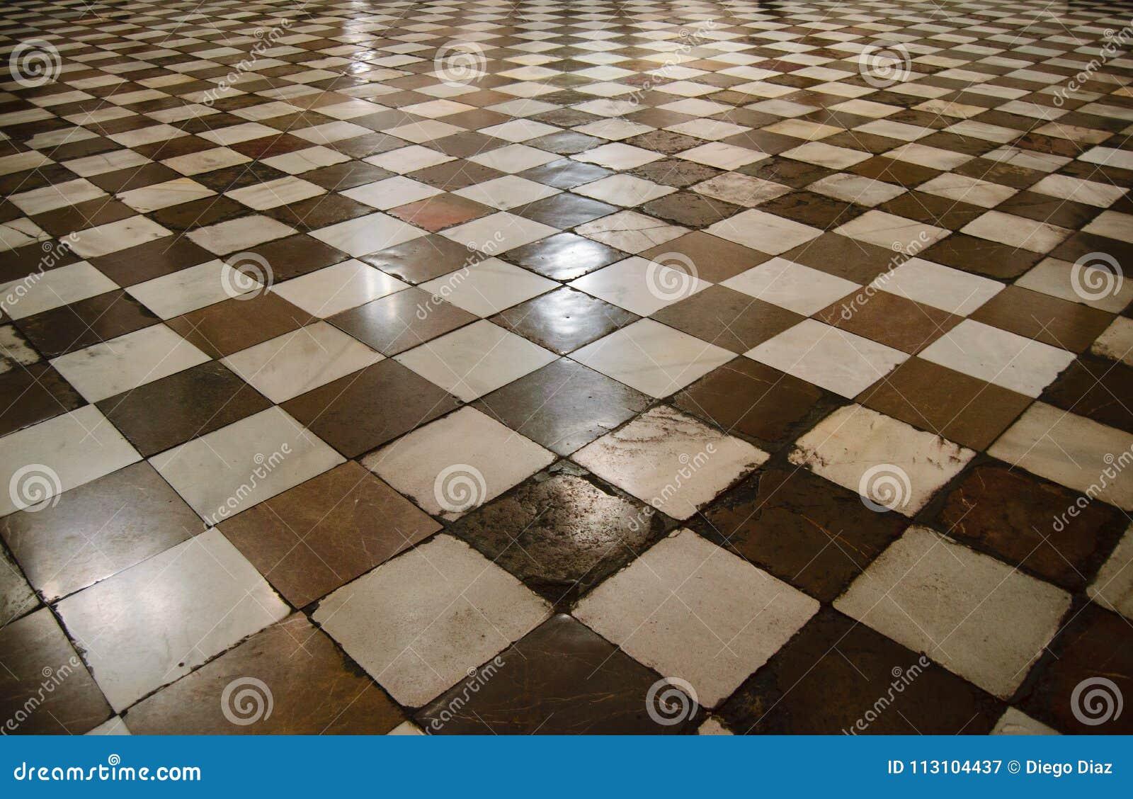 Interior da catedral medieval com assoalho da xadrez
