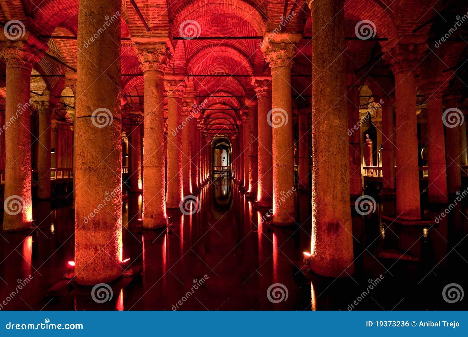 Interior da cisterna da basílica em Istambul