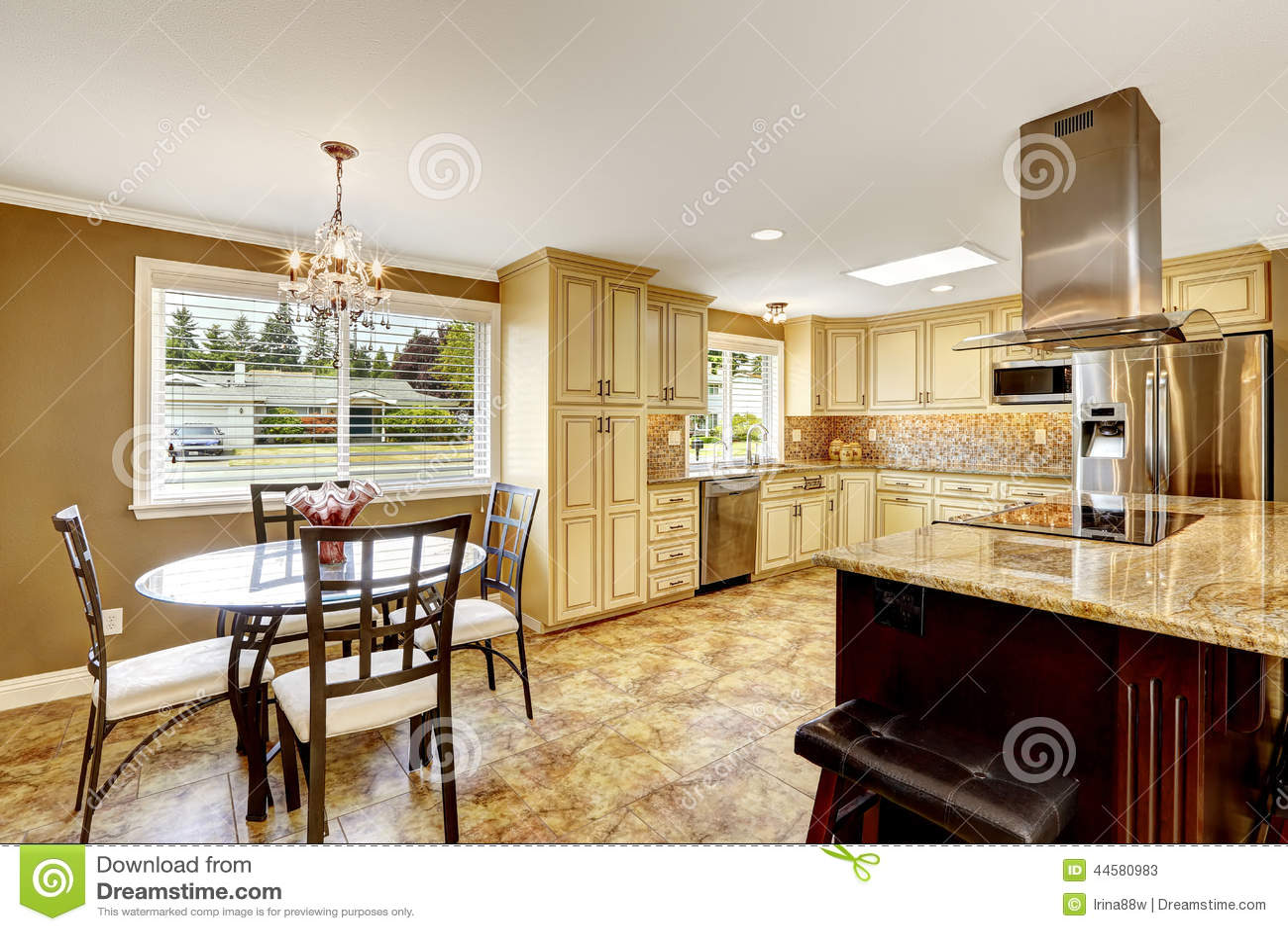 Interior Da Cozinha Com Grupo E Ilha Da Mesa De Jantar Imagem De