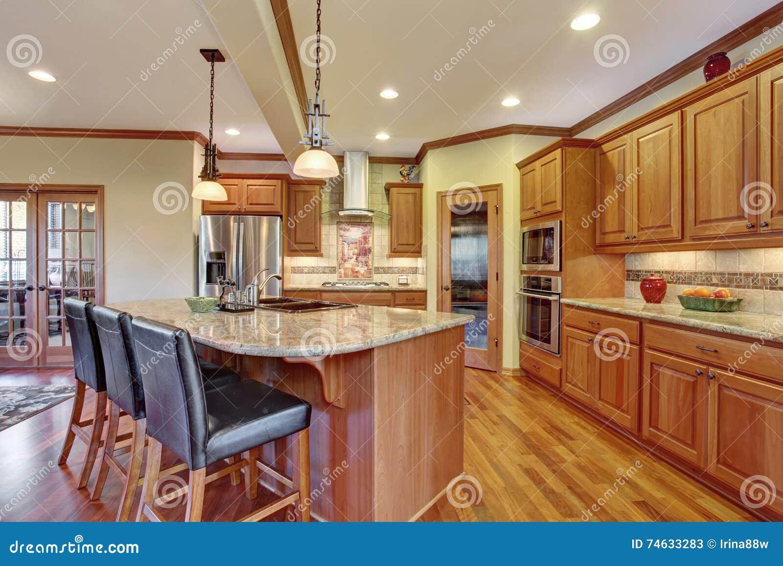 Interior Da Cozinha Com Ilha Arm Rios De Madeira Com Parte Superior