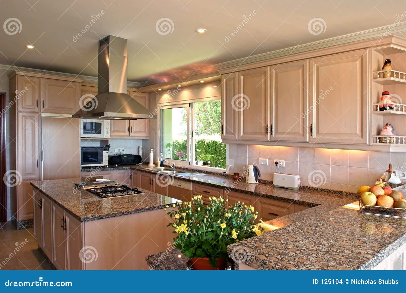 Interior da cozinha da grande casa de campo espanhola. Com flores  #996332 1300 957