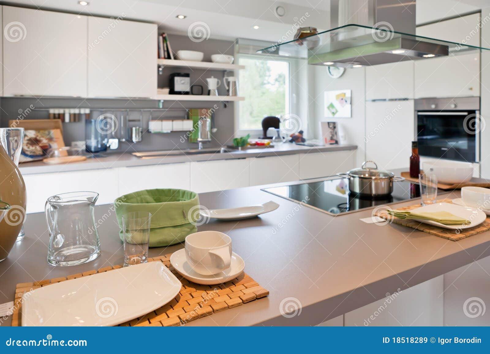 Interior da cozinha moderna da casa imagens de stock for Interior de casas modernas