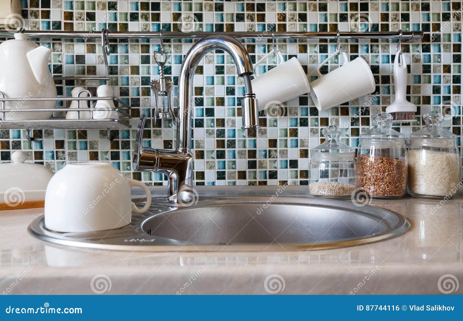 Interior Da Cozinha Moderna Torneira Da Cozinha Dissipador E V Rios
