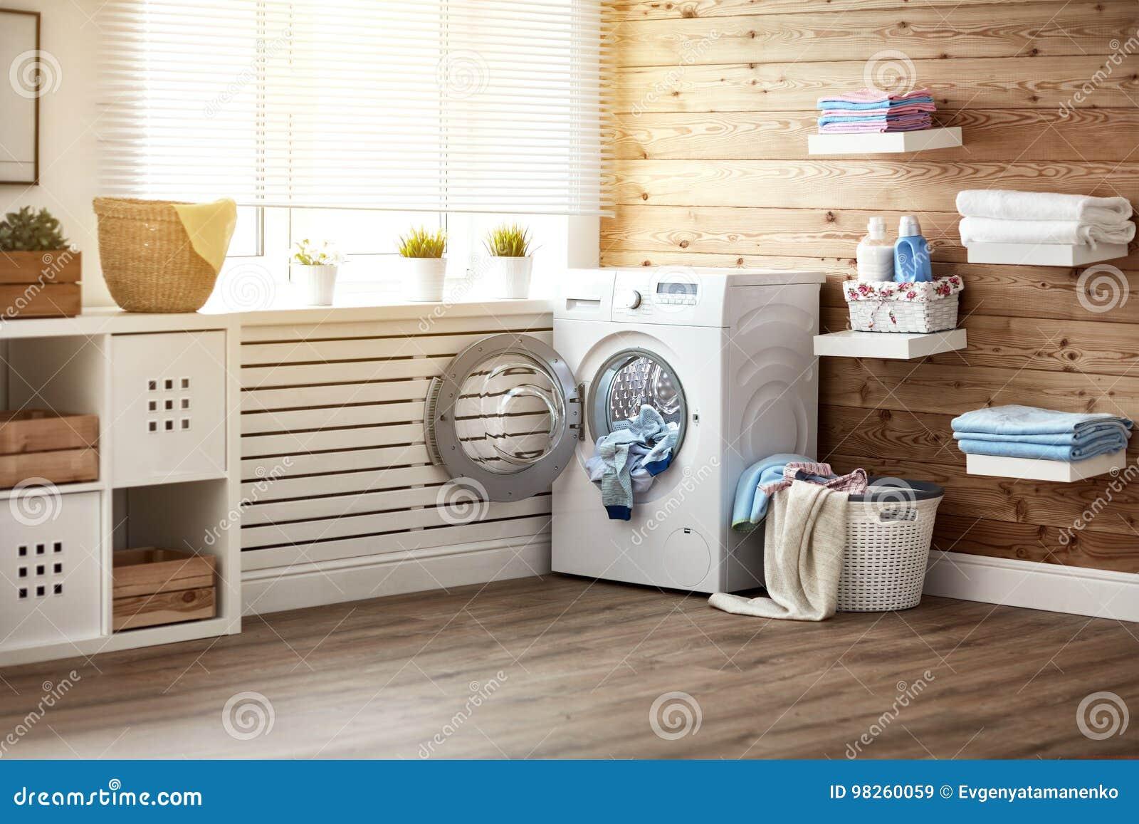 Interior da lavandaria real com a máquina de lavar na janela em