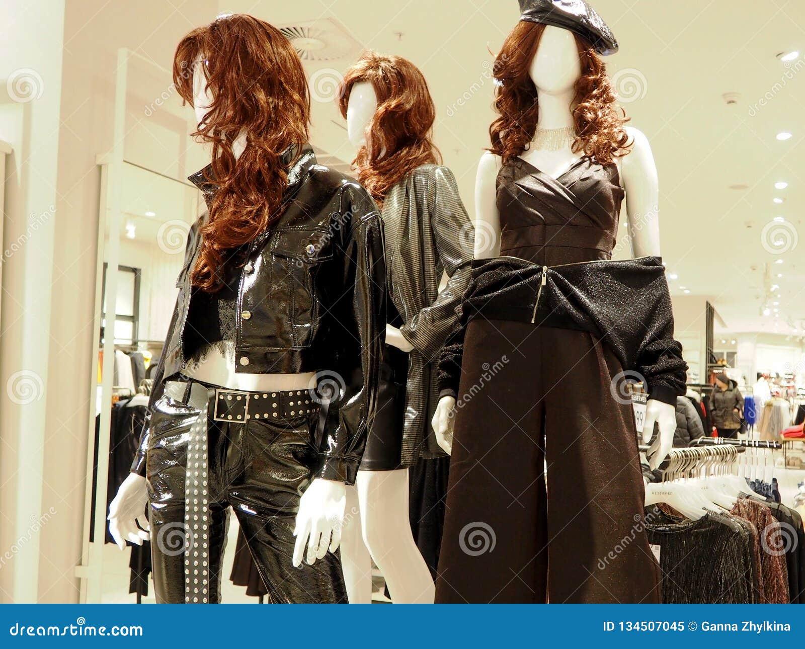 Interior da loja de roupa das mulheres com manequins