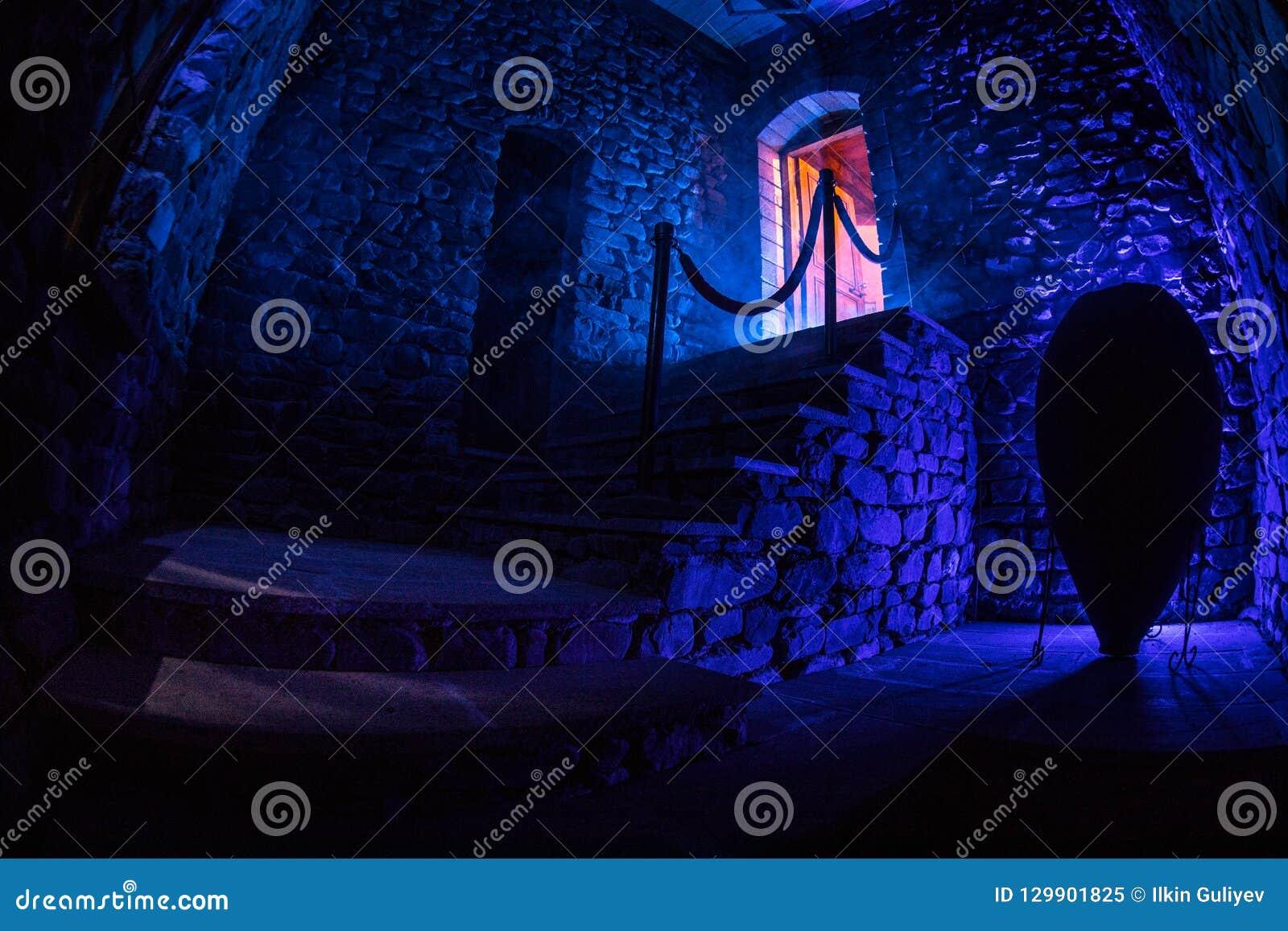 Interior da mansão abandonada assustador velha Escadaria e colunata Escadas escuras do castelo ao porão Escadas assustadores da p