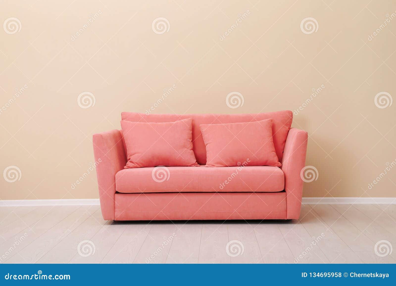 Interior da sala com sofá confortável