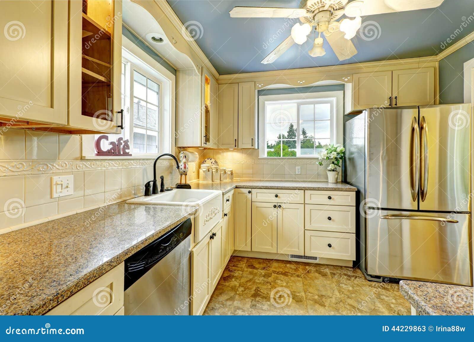 Interior da sala da cozinha com partes superiores do granito e os  #6C3C10 1300 957