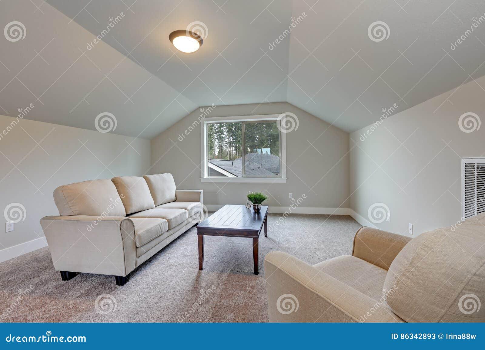 ff7cd2dbd7fac O interior da sala de família do teto arcado com cor cinzenta da pintura  caracteriza a tabela confortável do sofá, da poltrona e de cocktail sobre o  ...