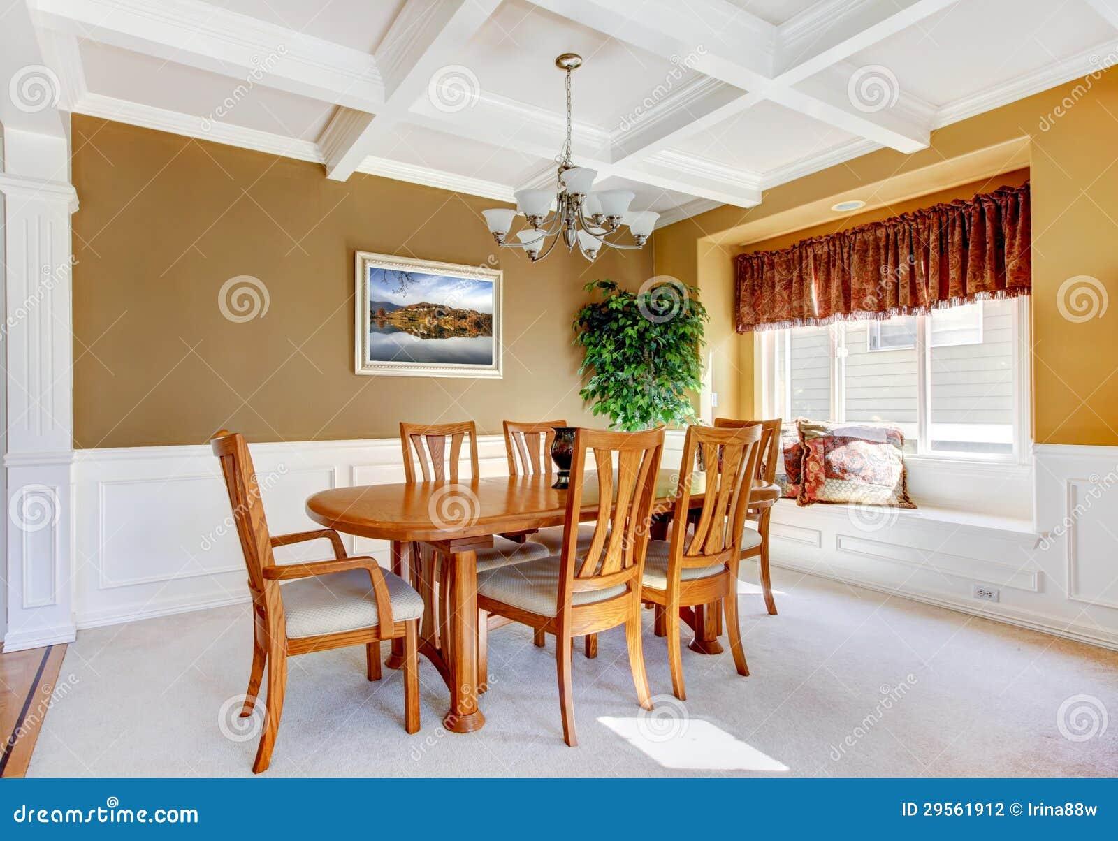 Interior Da Sala De Jantar Com A Tabela Branca Do Banco E Da Madeira  #803515 1300x995