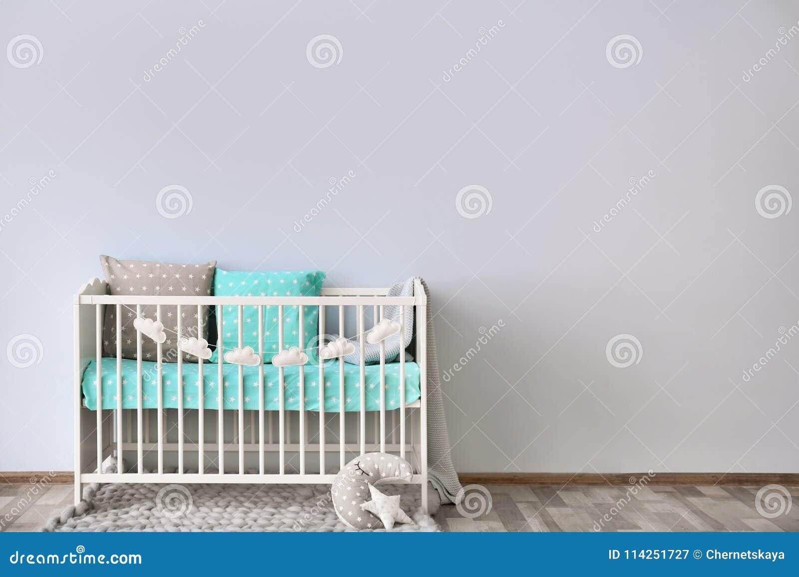 Interior da sala do bebê com parede da ucha
