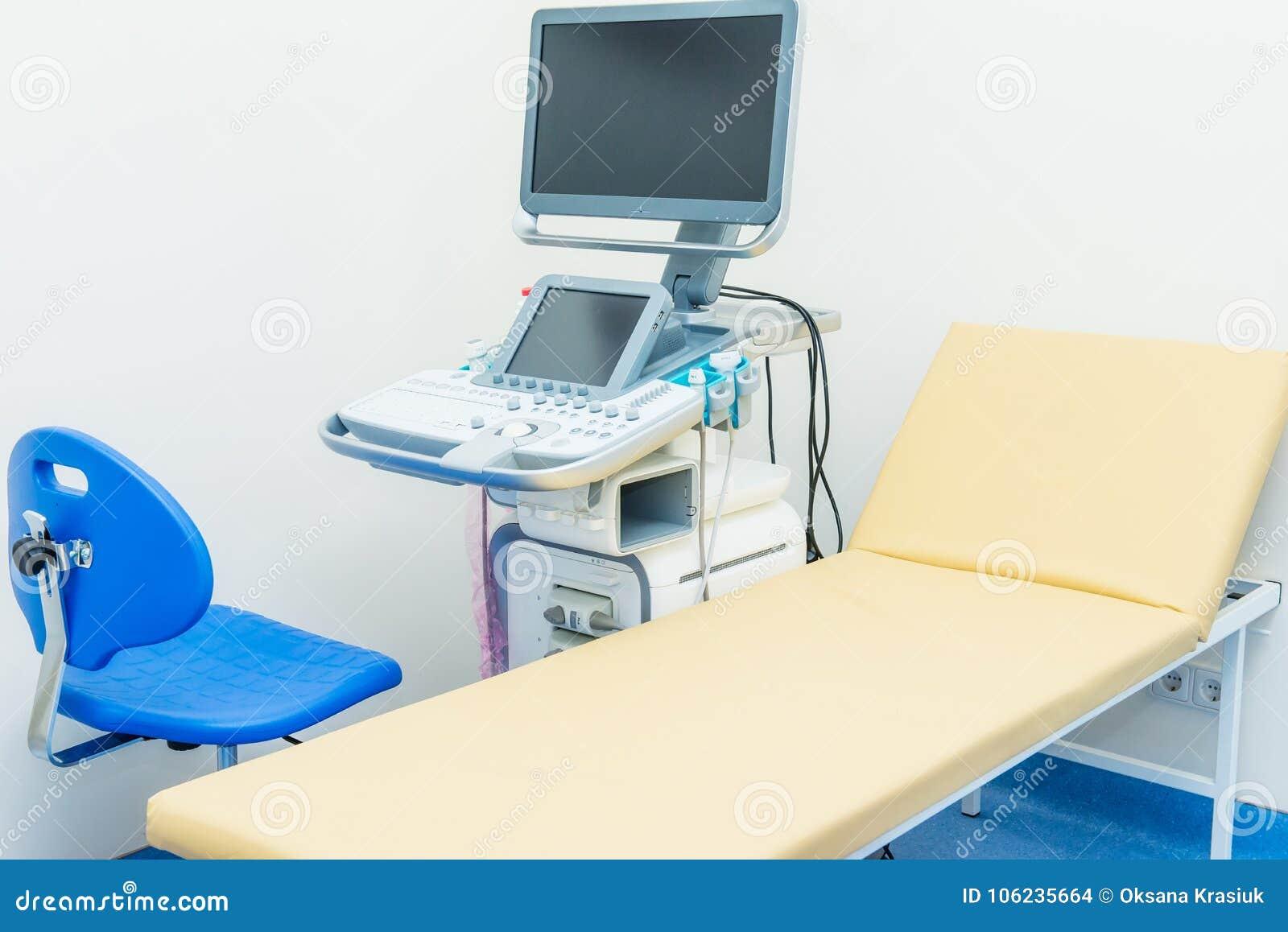 Interior da sala médica com equipamento do diagnóstico do ultrassom Mim