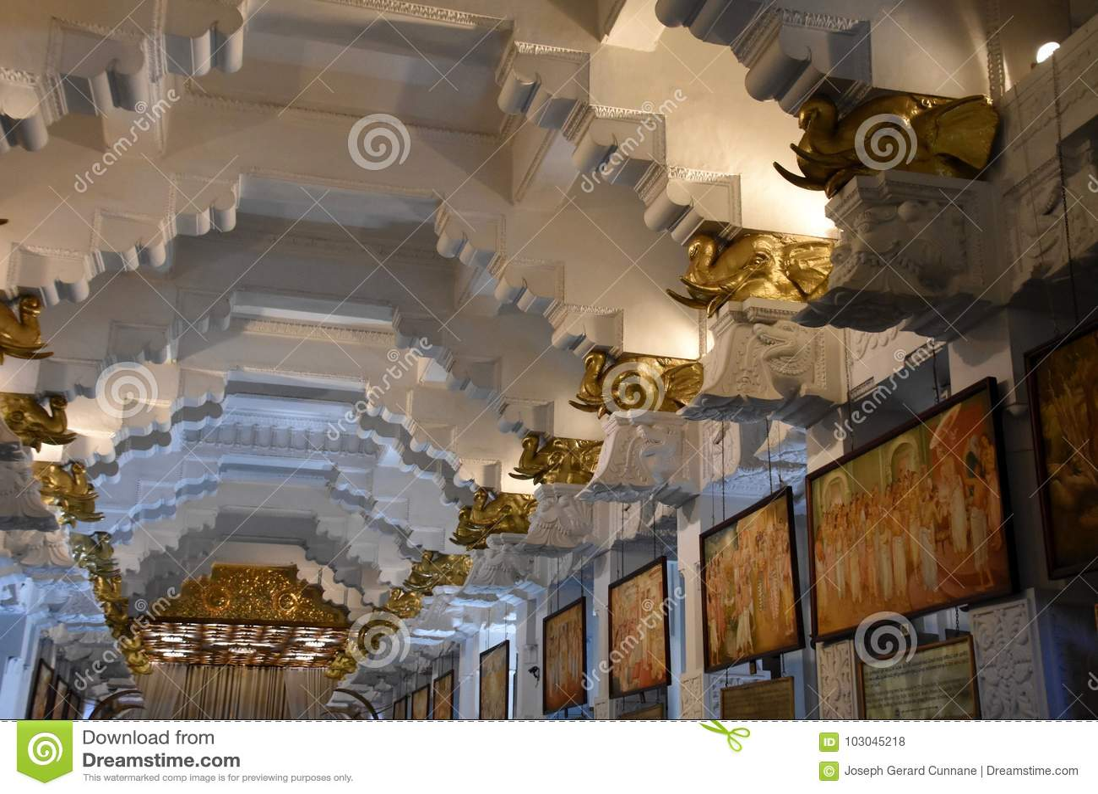 Interior da sala no templo da relíquia sagrado do dente em Kandy