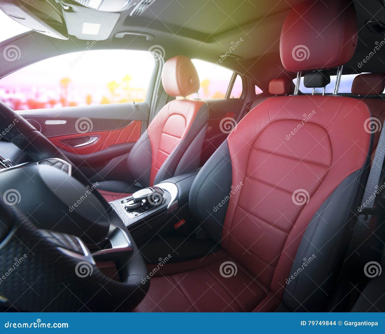 Interior de cuero rojo del coche deportivo moderno