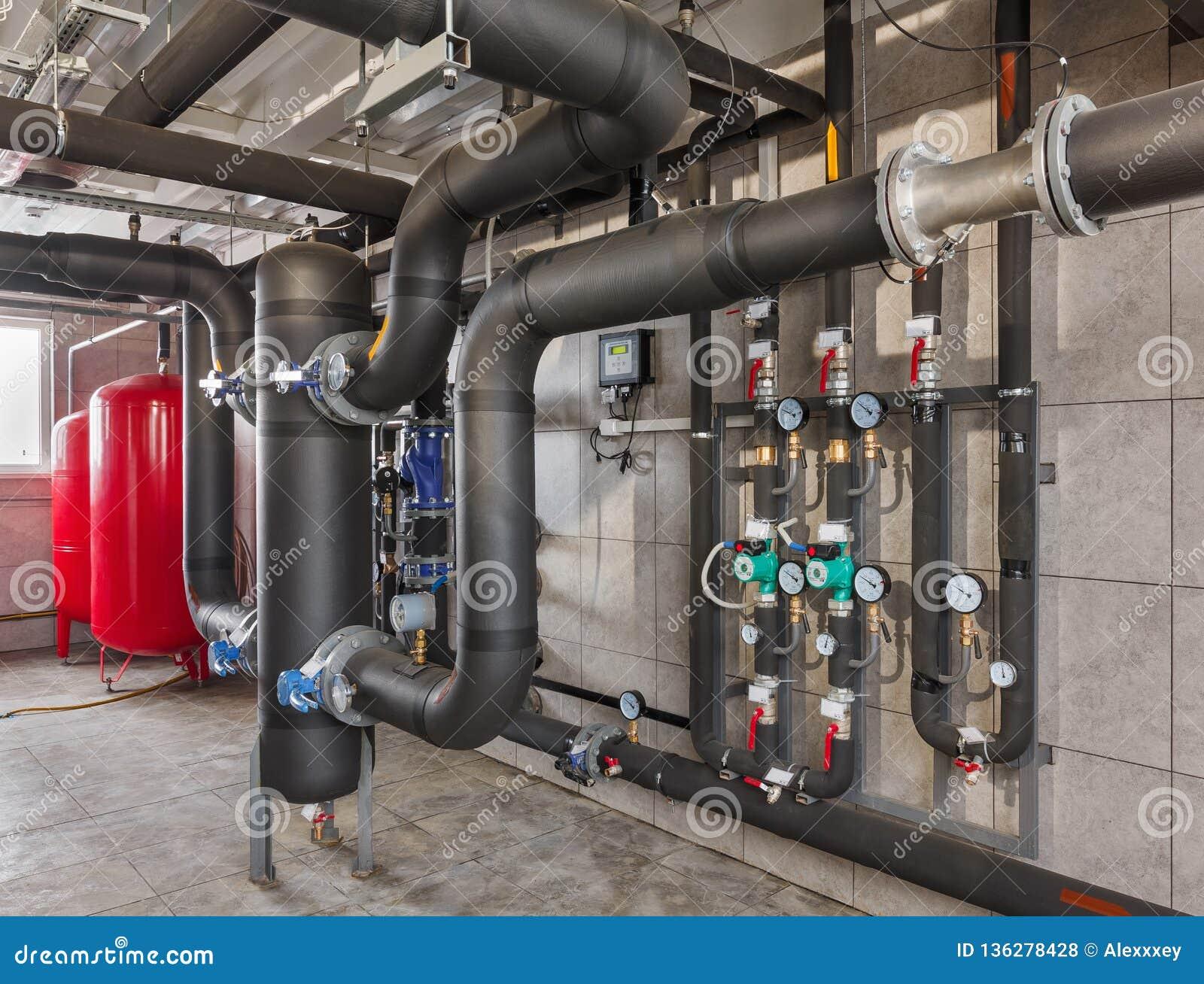 Interior de industrial, sitio de caldera de gas con las calderas; bombas; sensores y una variedad de tuberías