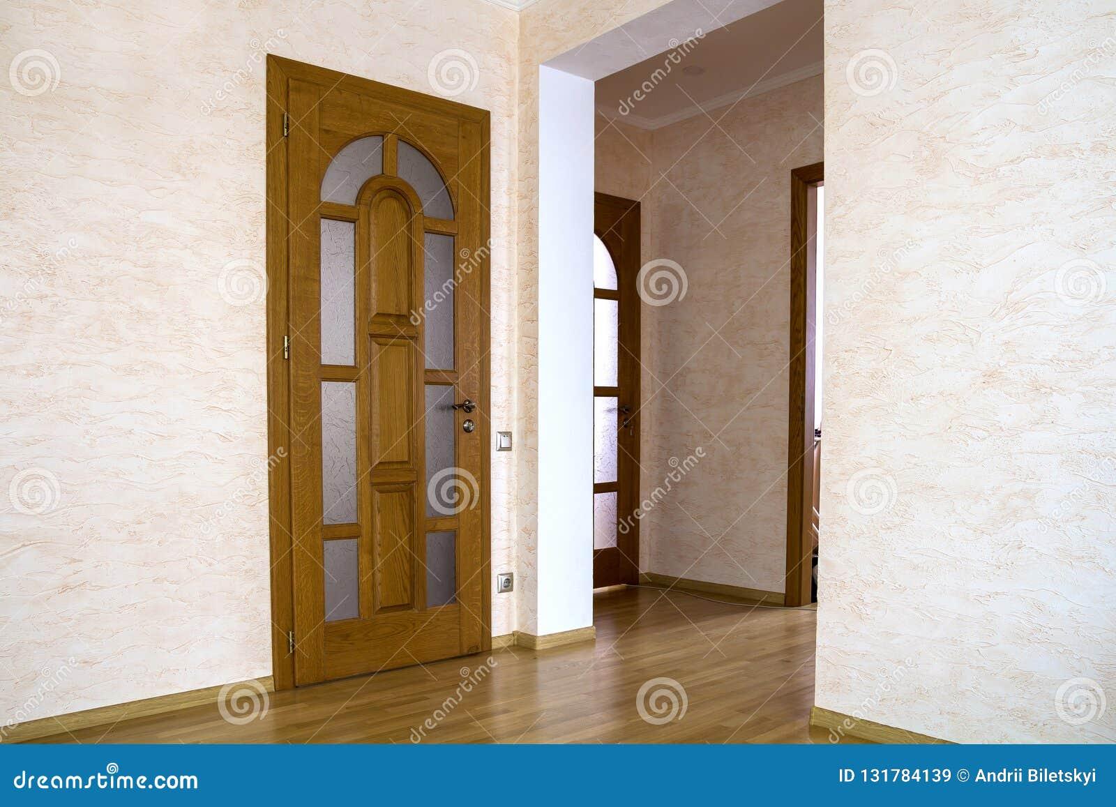 Interior De La Casa Costosa Moderna Del Apartamento Con Las Puertas