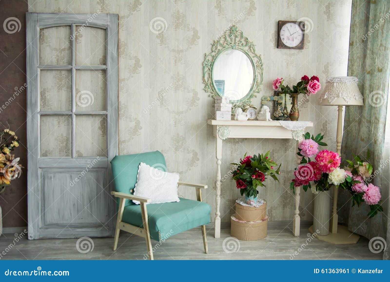 Interior de la casa de campo del vintage con el espejo y - La casa vintage ...