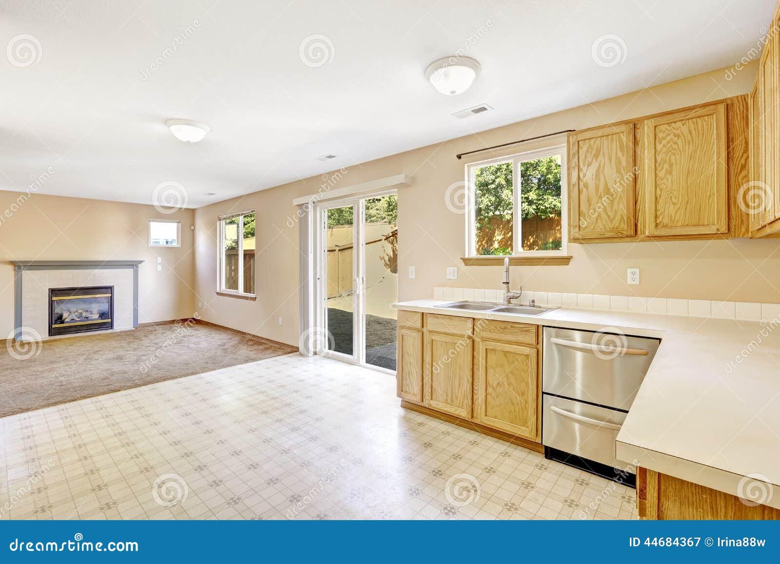 Interior de la casa de contryside sitio de la cocina con for Cocinas con salida al patio