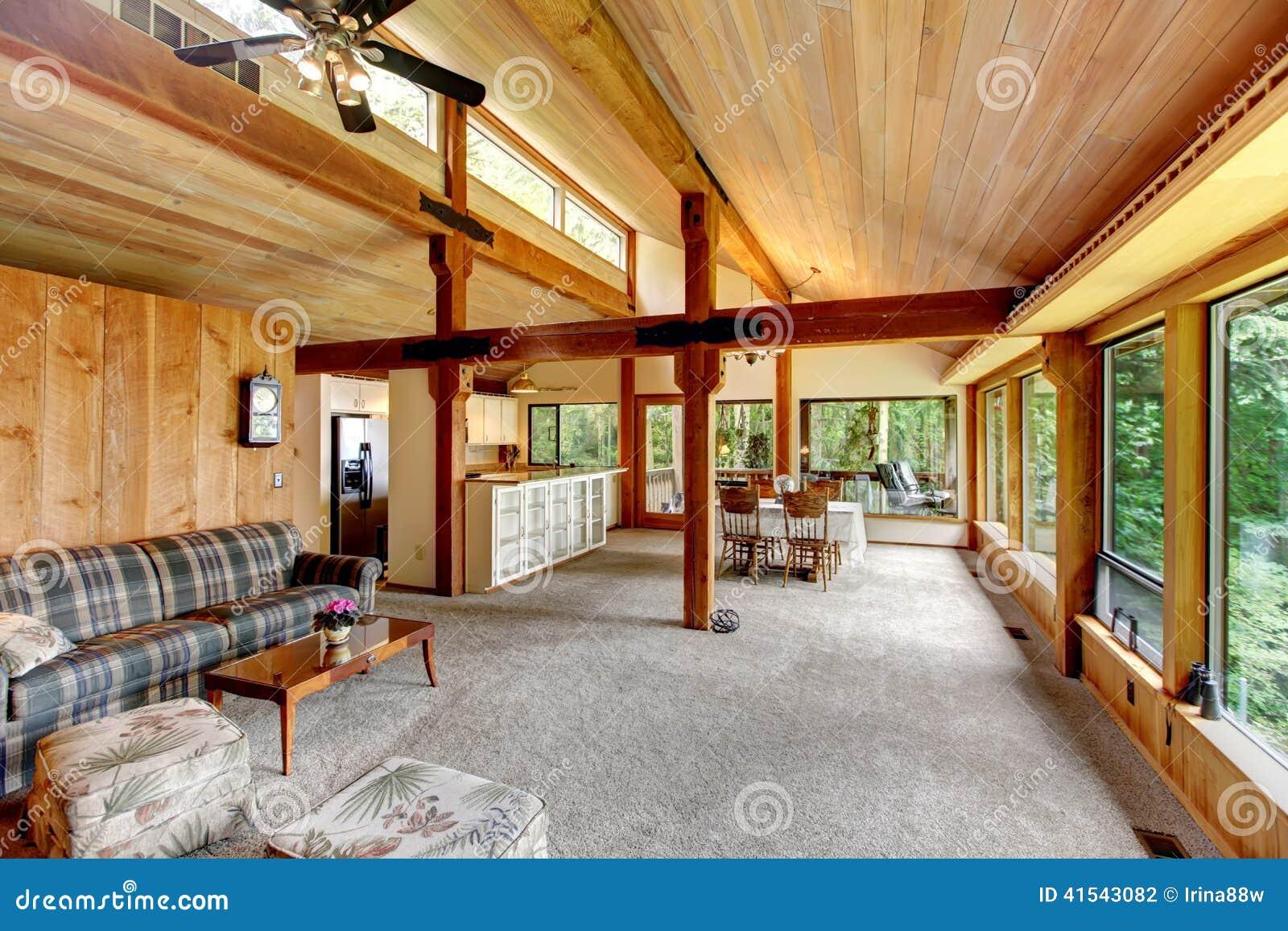 Interior de la casa de la caba a de madera foto de archivo - Interior casas de madera ...