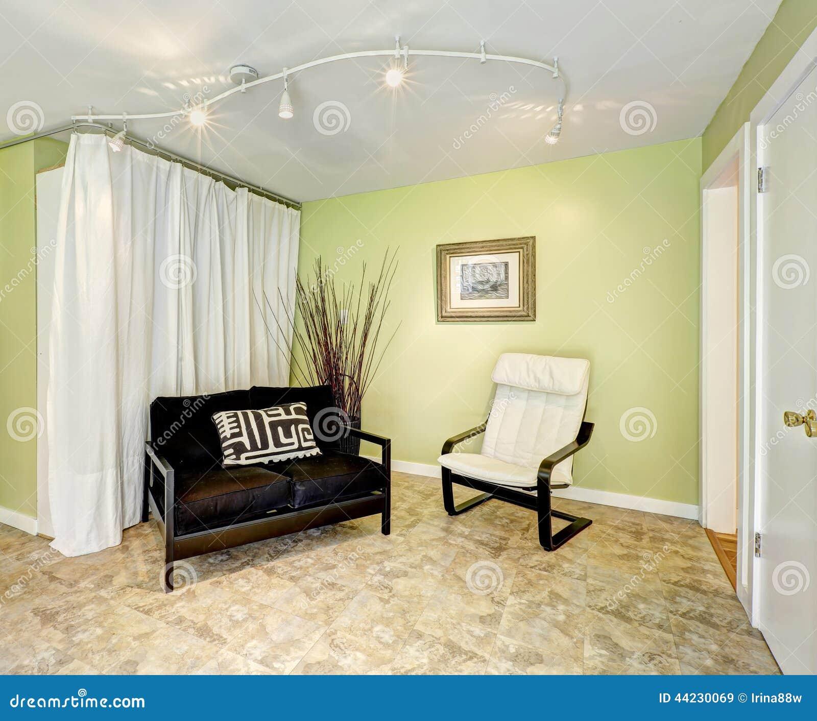 Interior de la casa del campo sala de estar con las - Estor con cortina ...