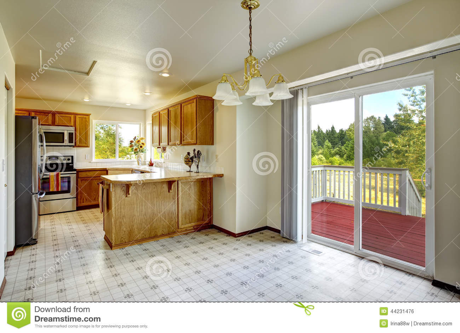 Interior de la casa del campo sitio brillante de la cocina - La cocina en casa ...