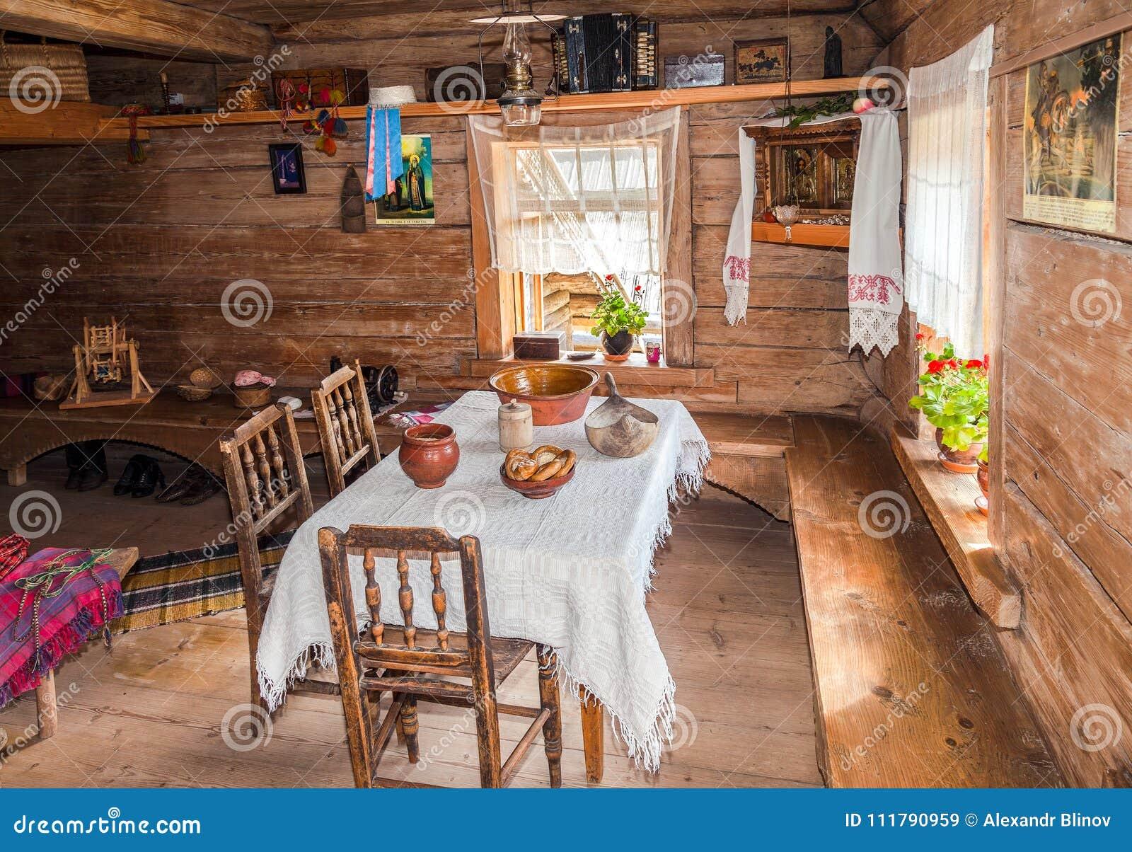 Interior De La Casa De Madera Rural Tradicional Vieja Imagen De