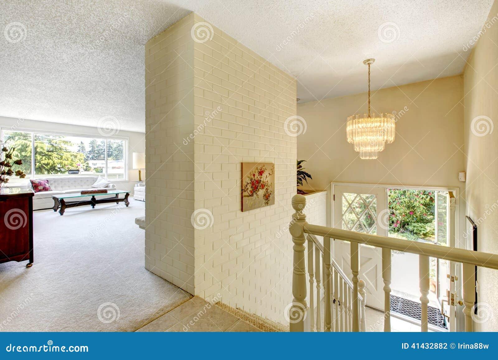 Interior de la casa sala de estar con las escaleras al for Escaleras entrada casa