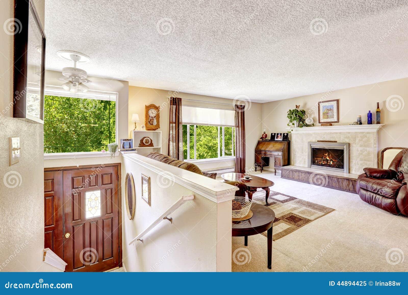 Interior de la casa sala de estar de lujo con las for Escaleras de casas de lujo