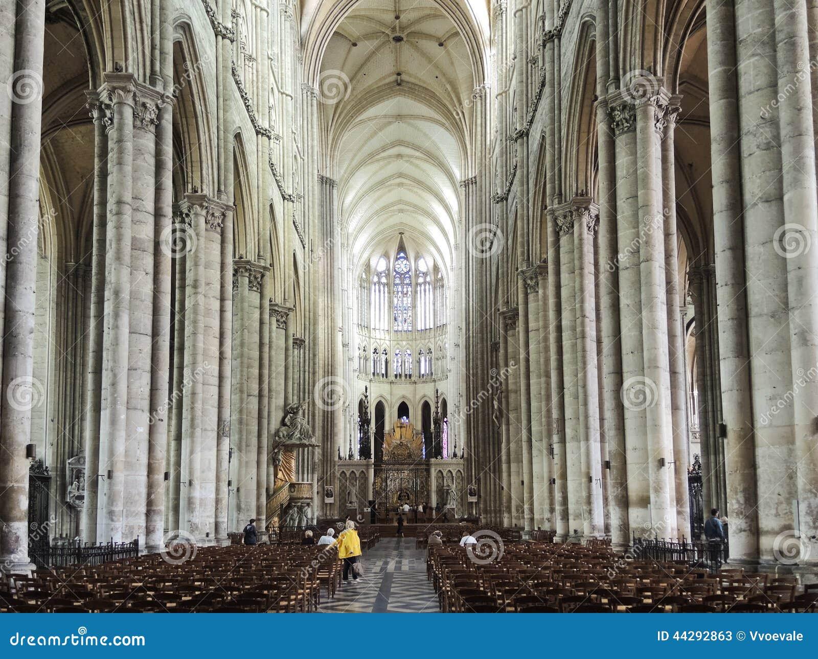 Interior de la catedral de Amiens, Francia