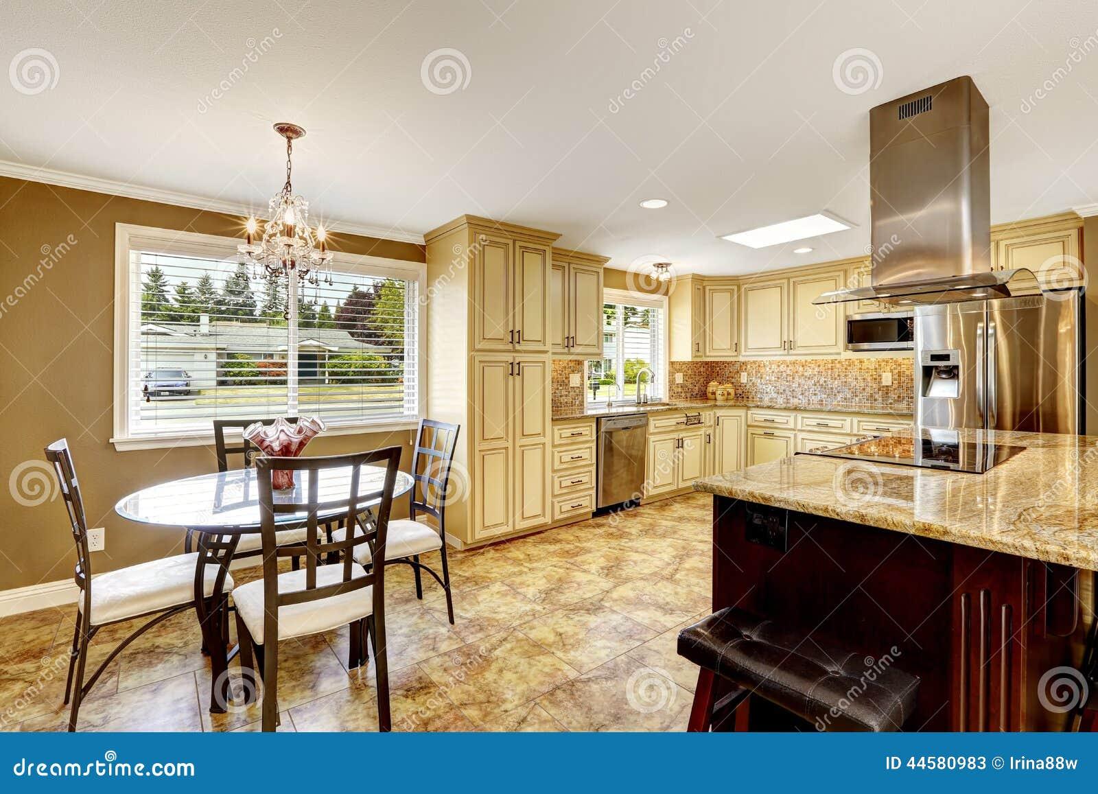 Interior de la cocina con el sistema y la isla de la mesa for Isla de cocina con mesa