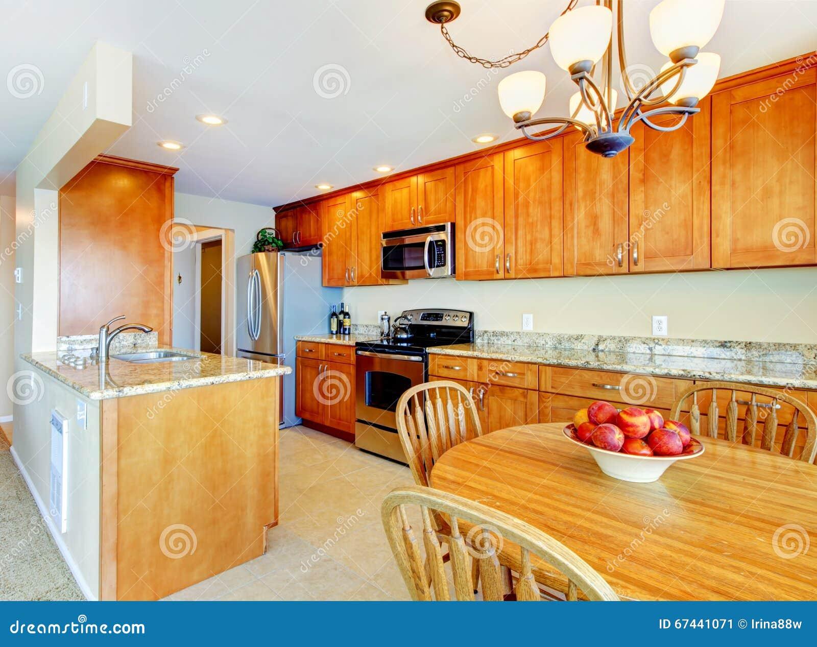 Interior de la cocina con el suelo de baldosas contadores - Baldosas suelo cocina ...