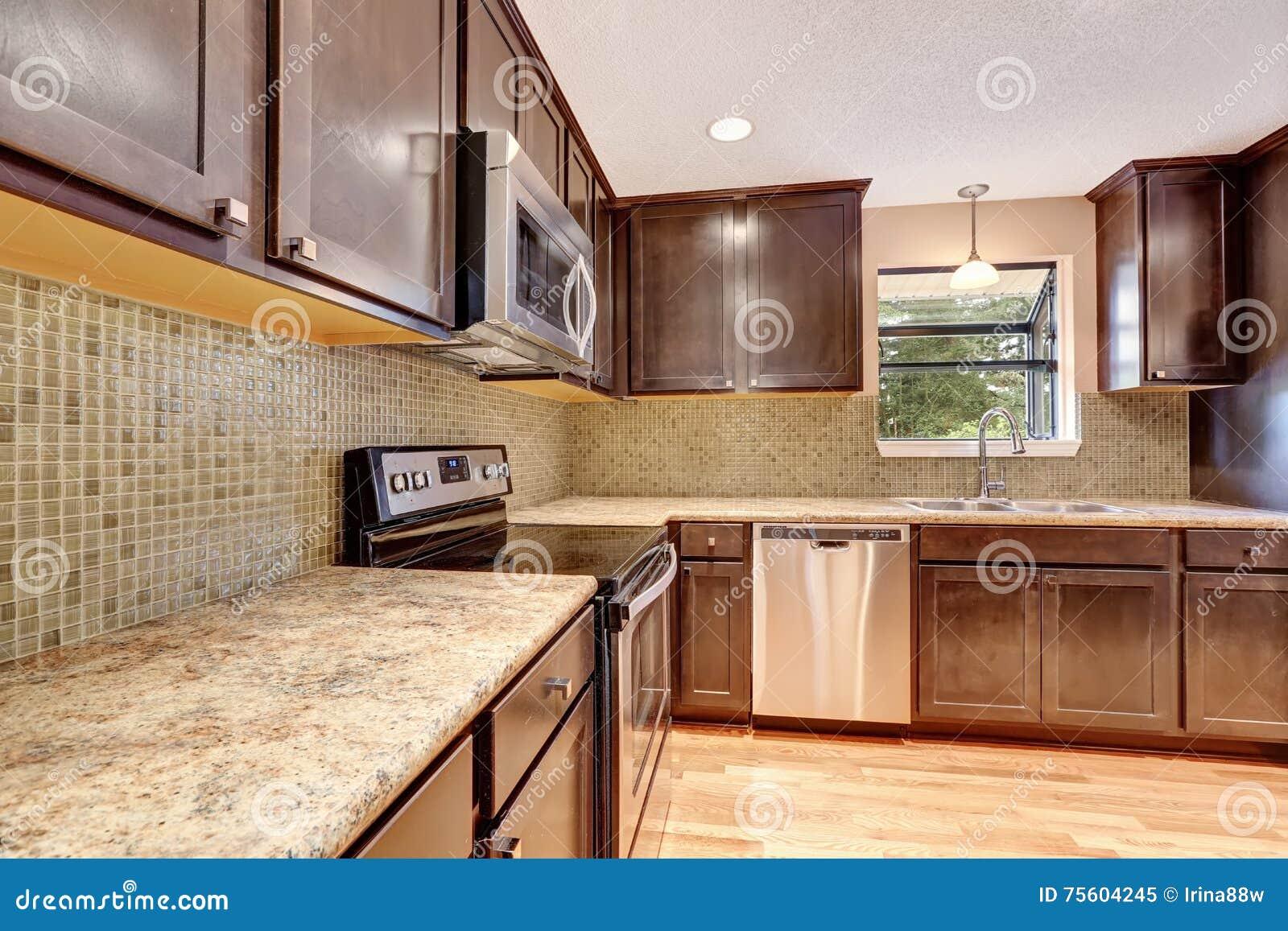 Interior De La Cocina Con Los Gabinetes Y Los Tops Marrones Del