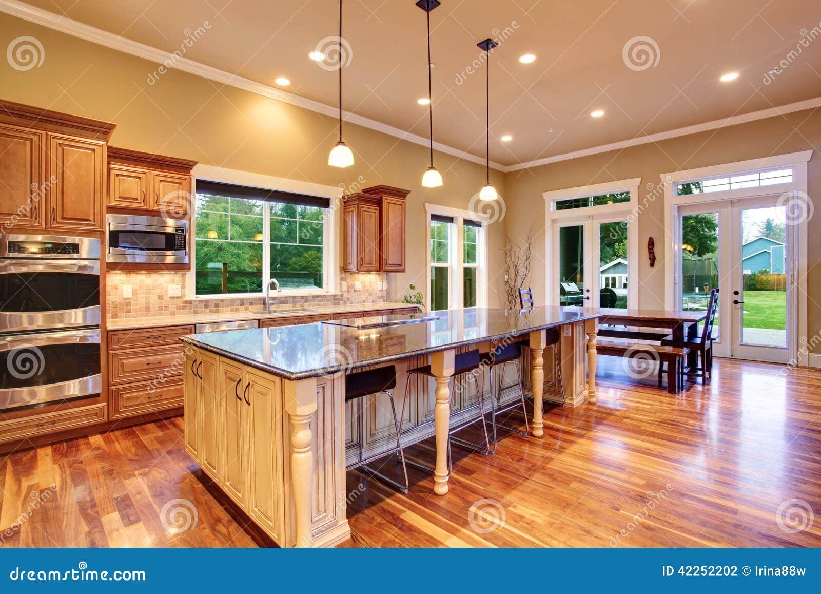 interior de la cocina en casa de lujo foto de archivo