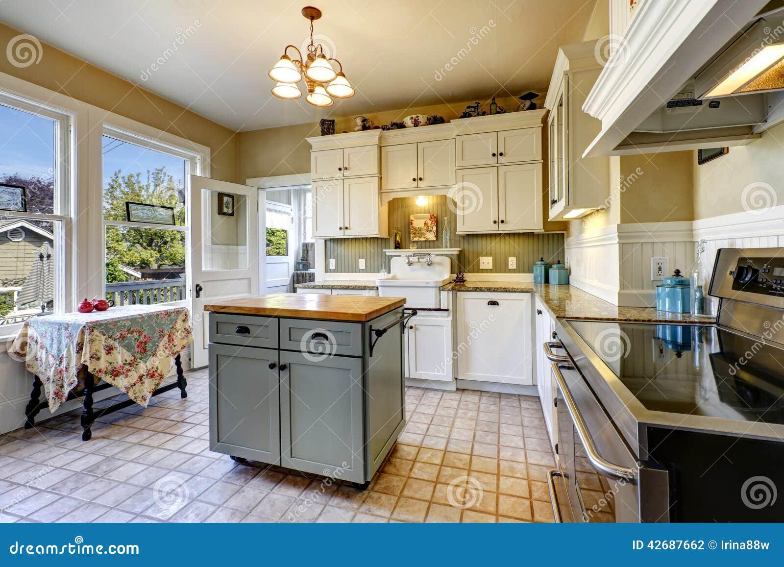 Interior De La Cocina En Casa Vieja Con La Tabla De La Isla Y De La ...