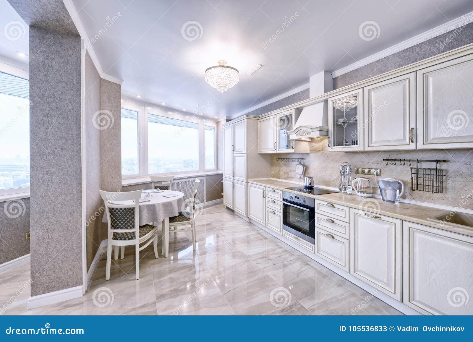 Interior De La Cocina De Madera Blanca En Un Apartamento Espacioso
