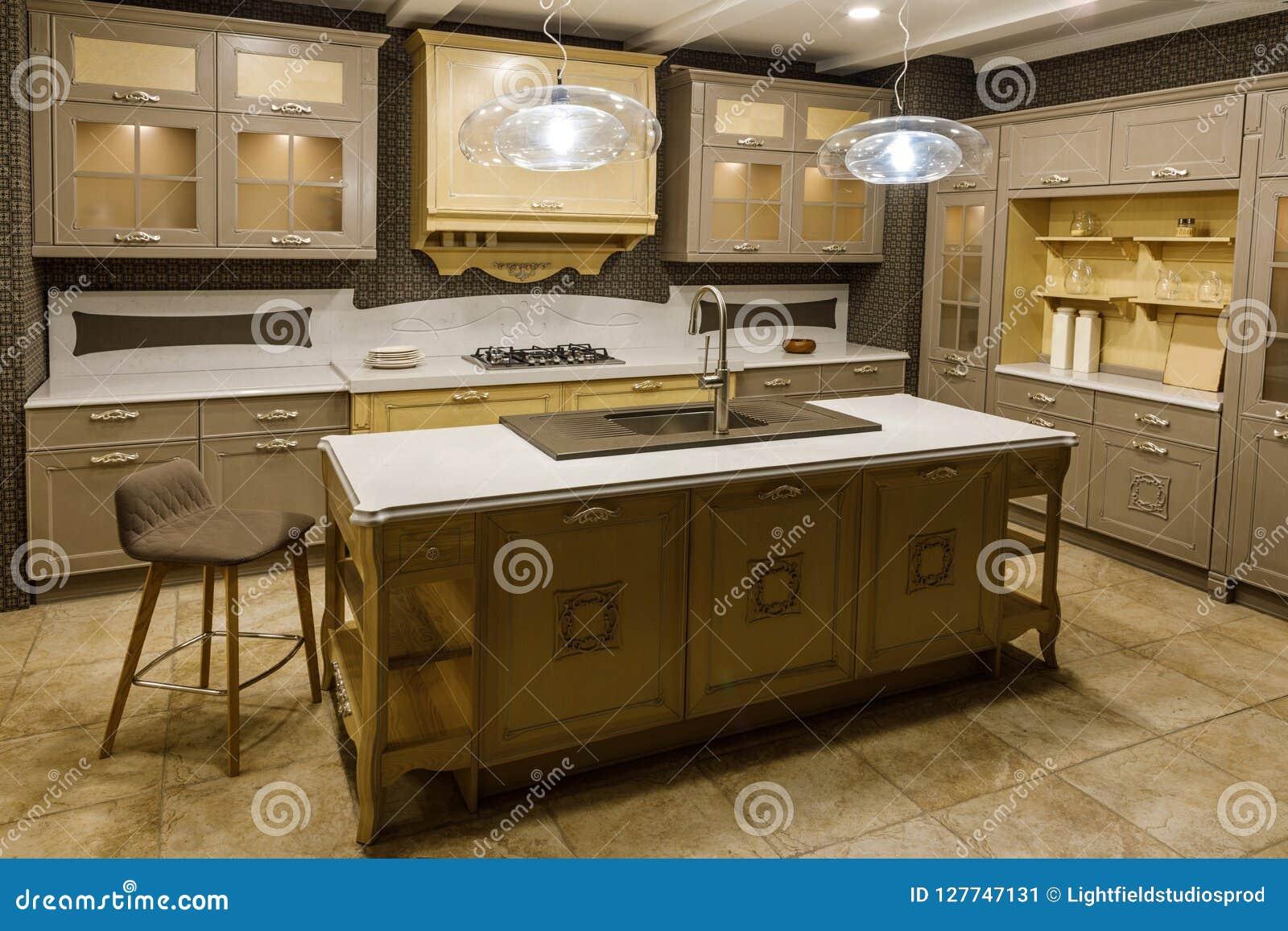 Interior De La Cocina Moderna Con Los Gabinetes Beige Imagen de ...
