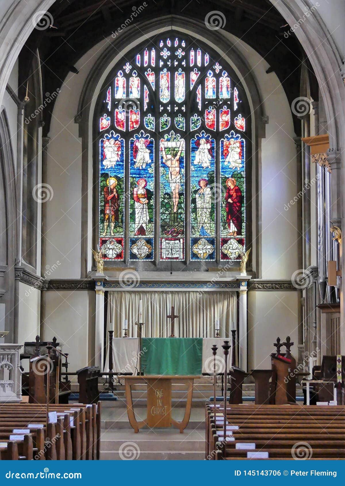 Interior de la iglesia de St Mary, Rickmansworth incluyendo el vitral