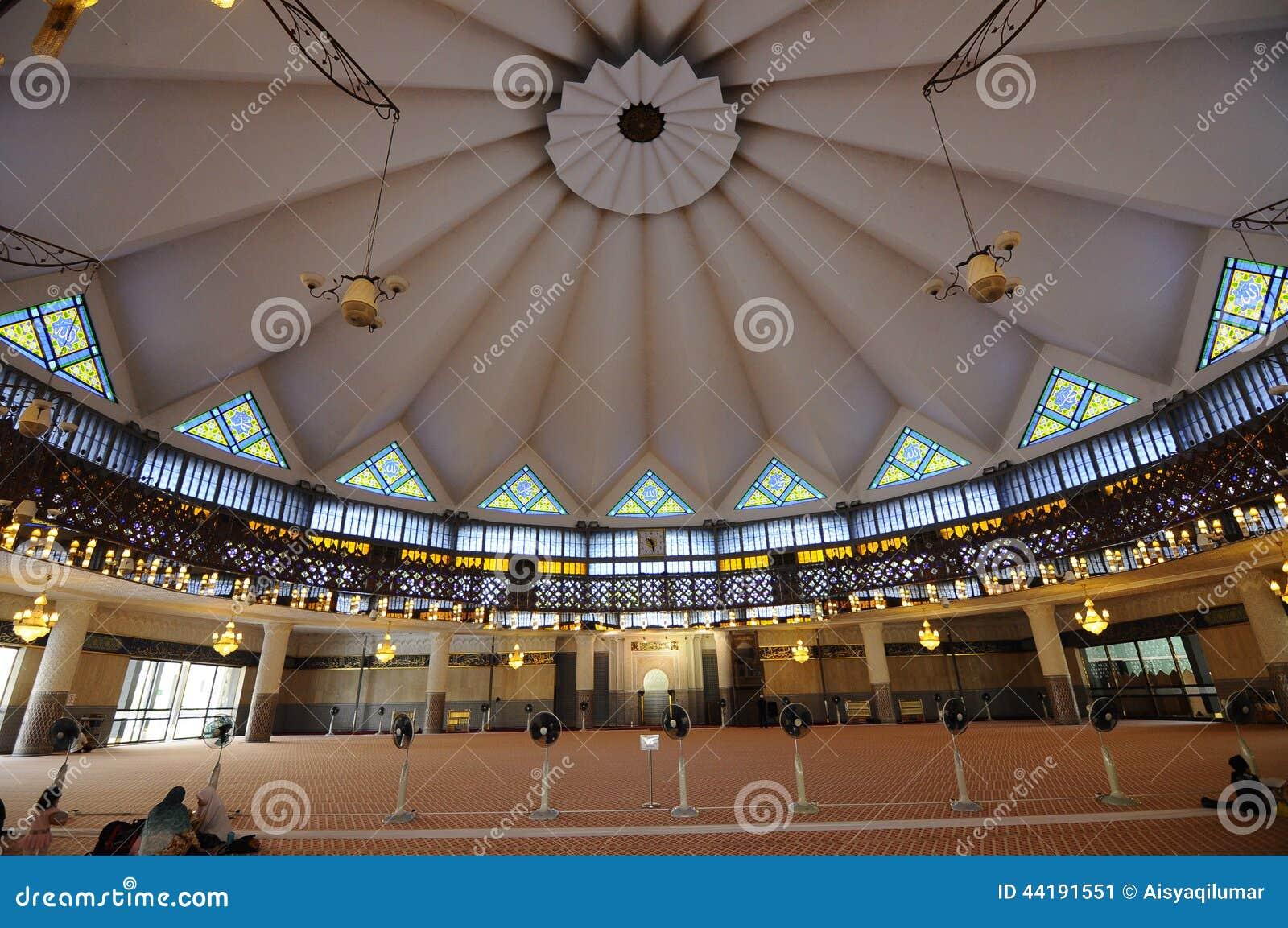 Interior de la mezquita nacional aka Masjid Negara de Malasia