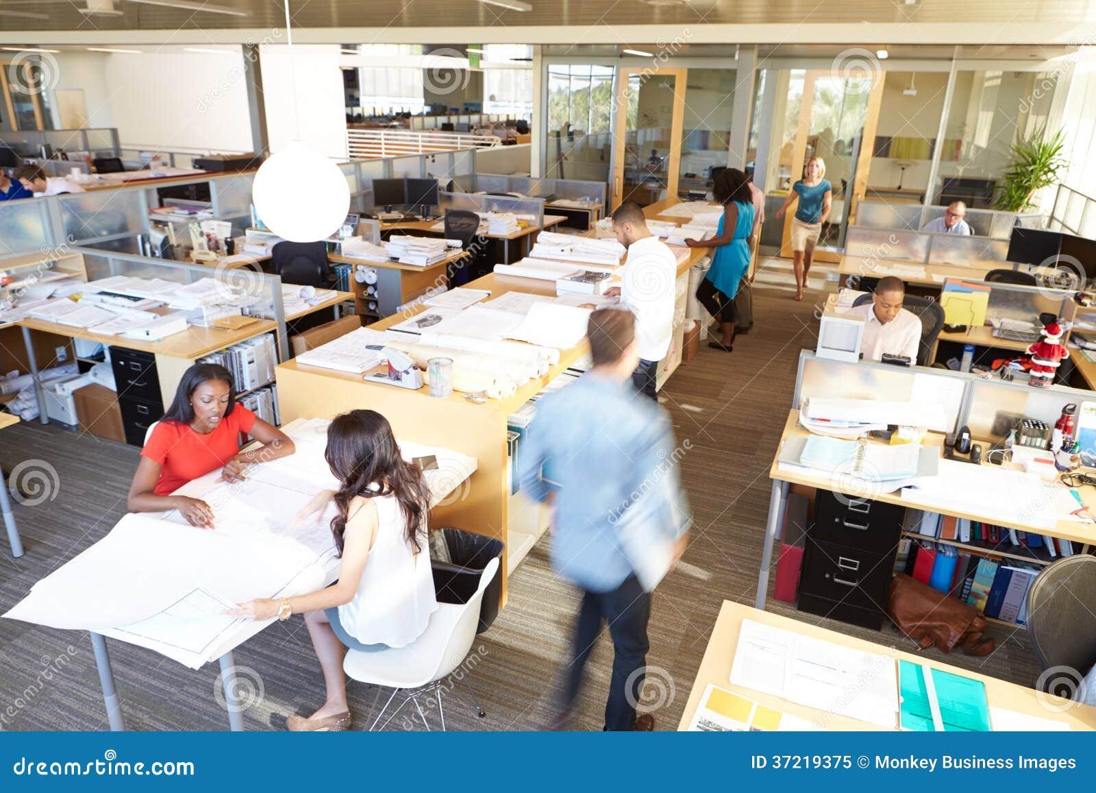 Interior de la oficina abierta moderna ocupada del plan