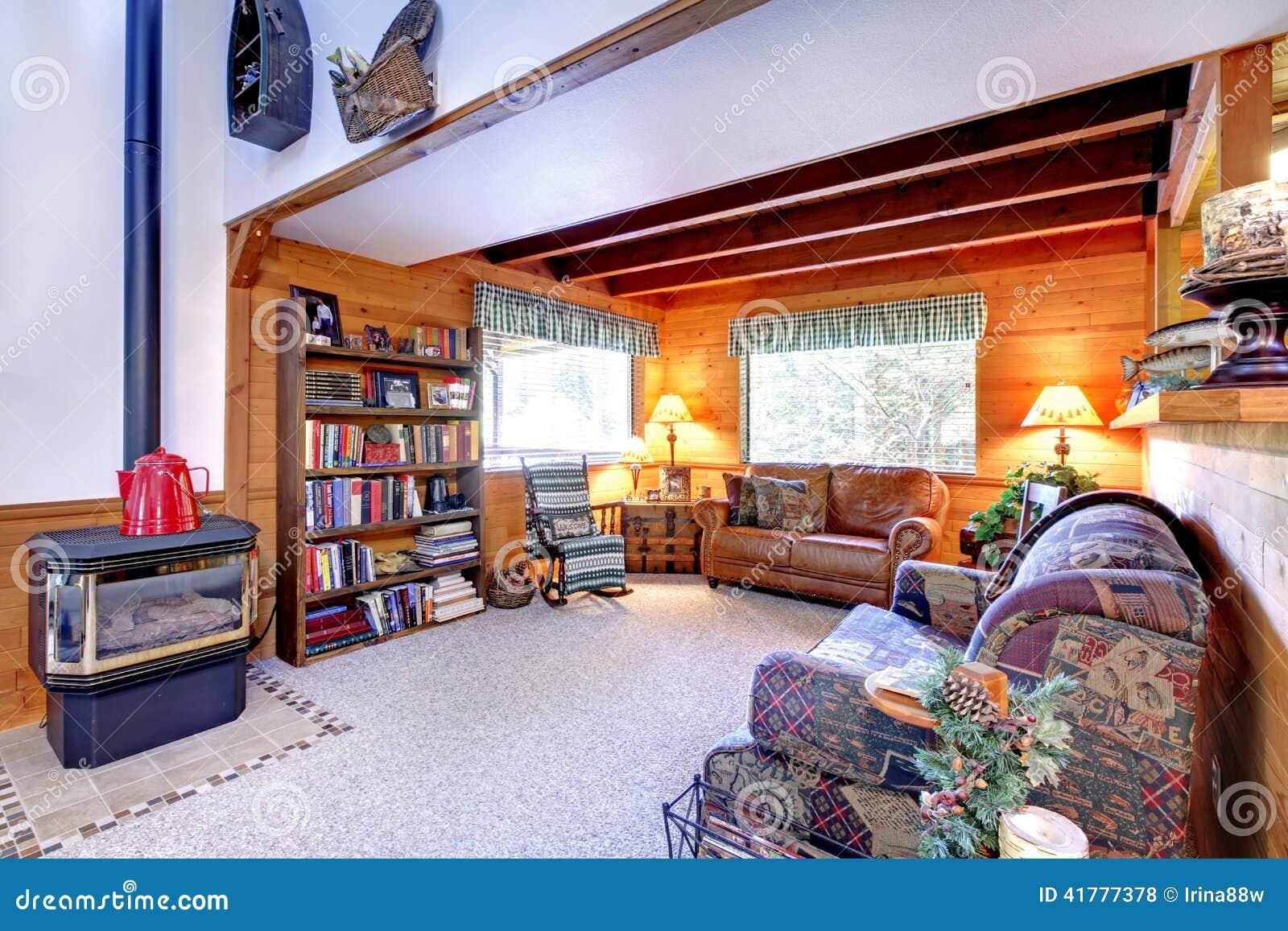 Interior de la sala de estar con la chimenea antigua en - La casa de la chimenea ...