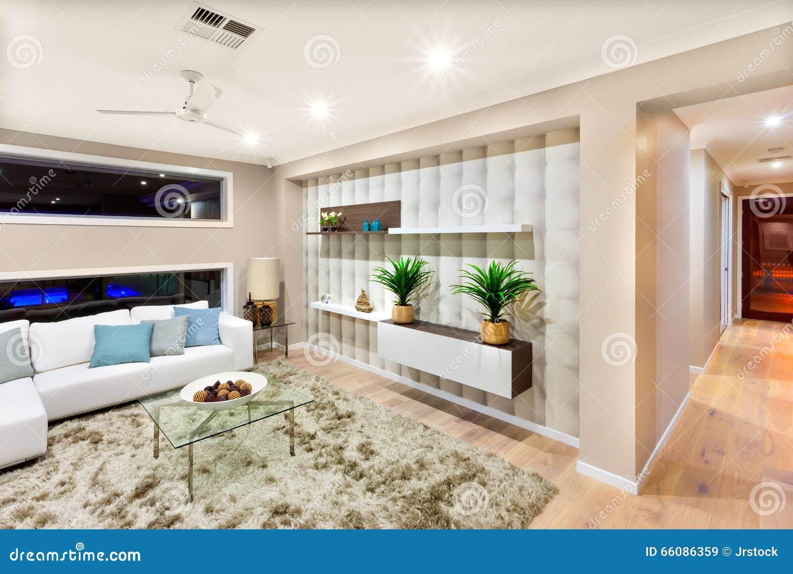Interior de la sala de estar de una casa lujosa con las luces encendido