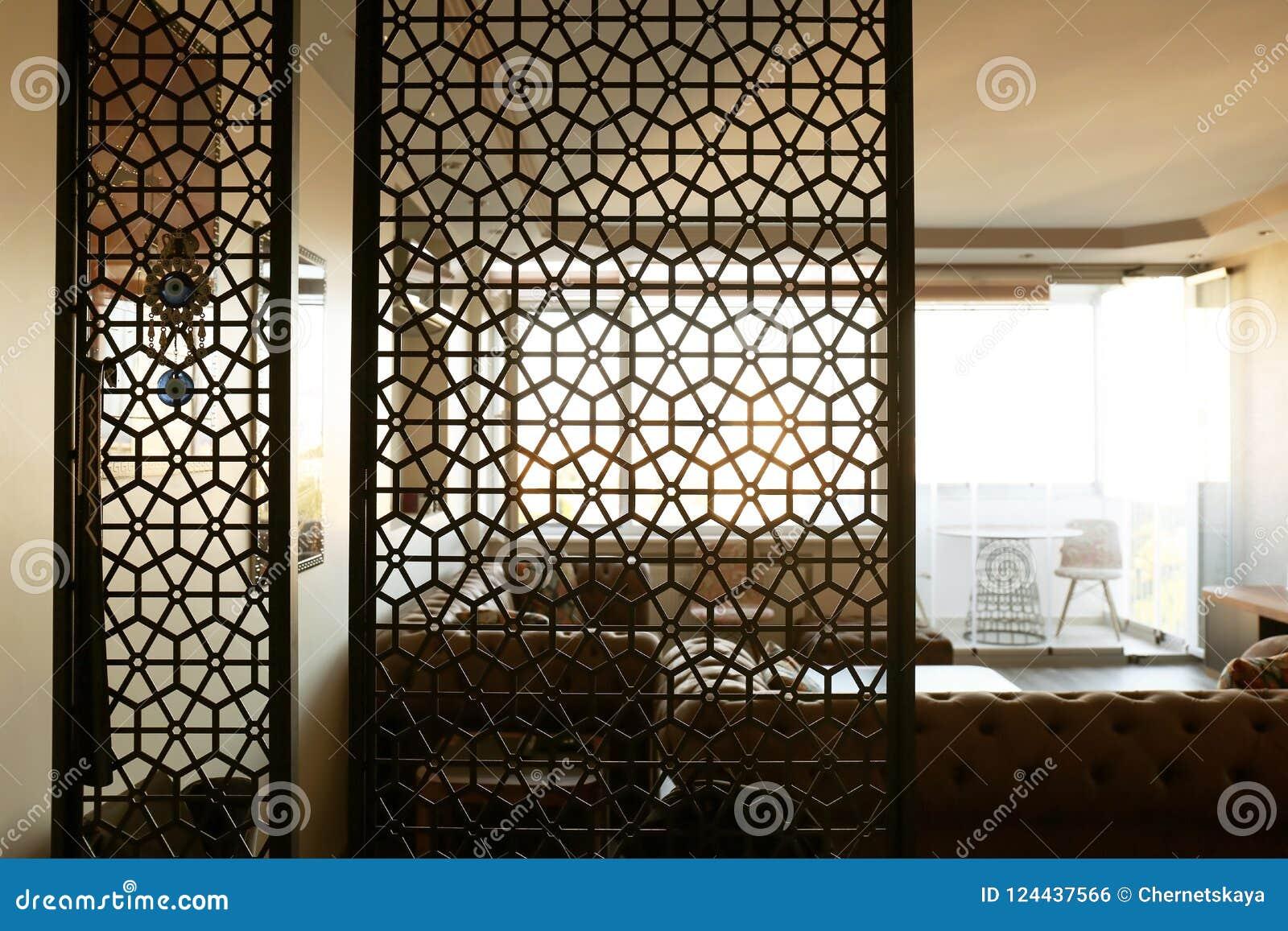 Interior de la sala de estar, visión a través del sitio decorativo