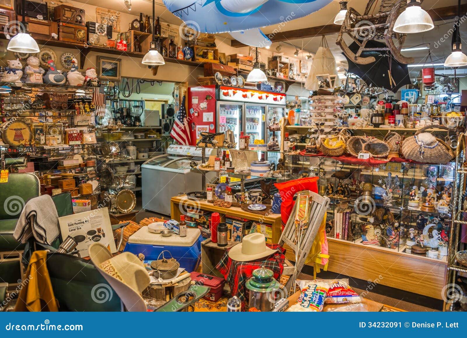 Interior de la tienda rural de segunda mano
