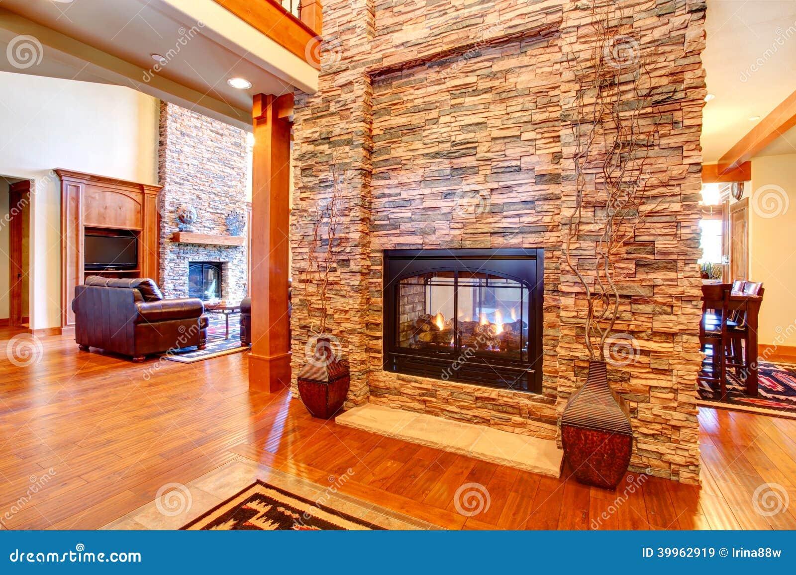 Interior de lujo de la casa pared de piedra con la - La casa de la chimenea ...