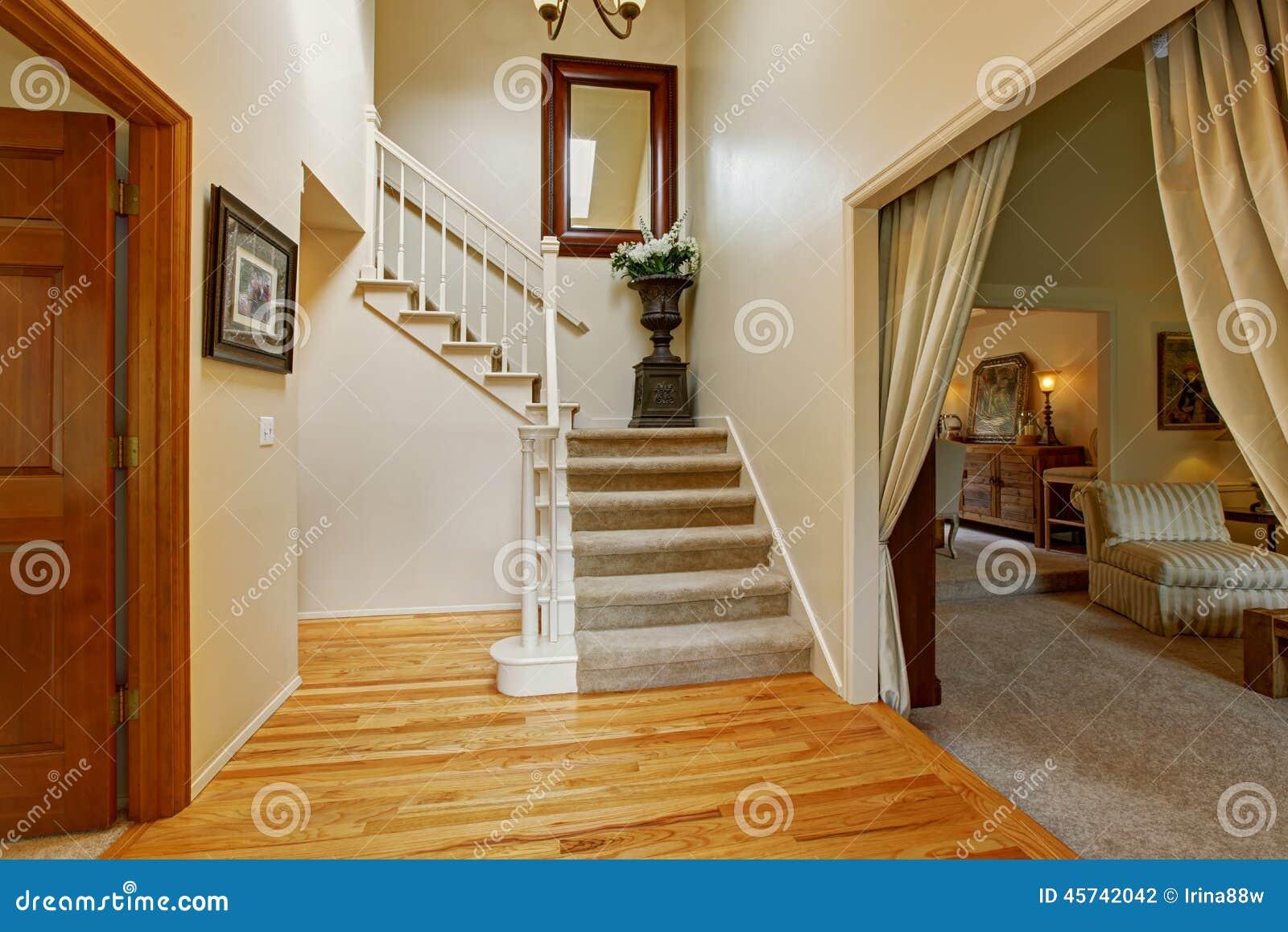 Interior de lujo de la casa vest bulo con la escalera foto for Escaleras de casas de lujo